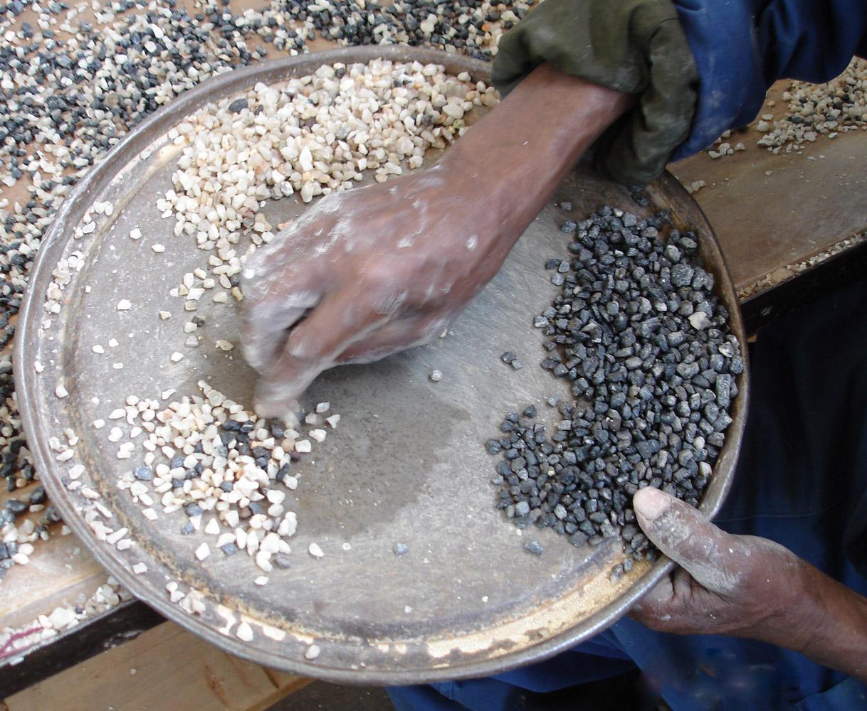 BGR Coltan separation by hand Kenticha, Ethiopia
